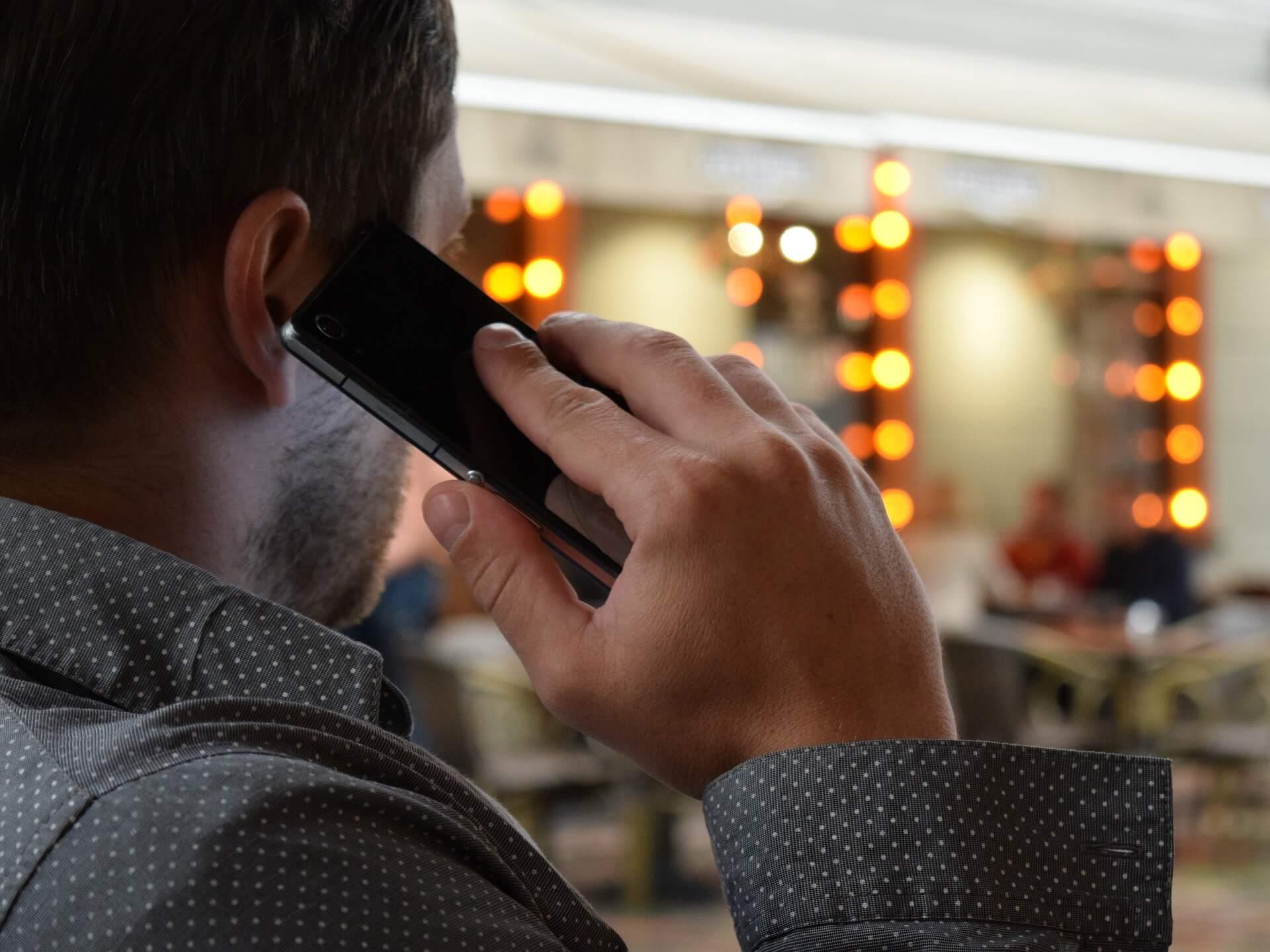telefon človek sledenje klicev